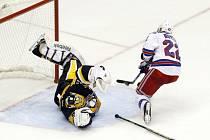 Dan Boyle z NY Rangers překonává brankáře Pittsburghu Marca-Andre Fleuryho. Opakovaný záběr ale ukázal, že gól neplatil.