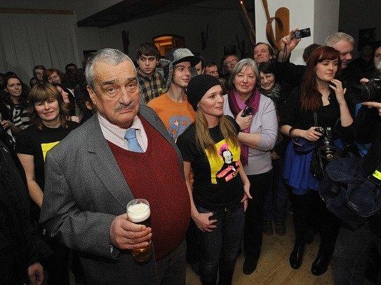 Karel Schwarzenberg navštívil 20. ledna večer hudební klub Moravský Grunt v Olomouci-Topolanech. Konala se zde, podobně jako v další šesti desítkách klubů po celé ČR, akce s názvem Nedělní noc s Karlem na podporu jeho zvolení prezidentem.