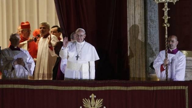Novým papežem byl zvolen argentinský kardinál Jorge Mario Bergoglio. Rozhodl se, že napříště bude používat jméno František.