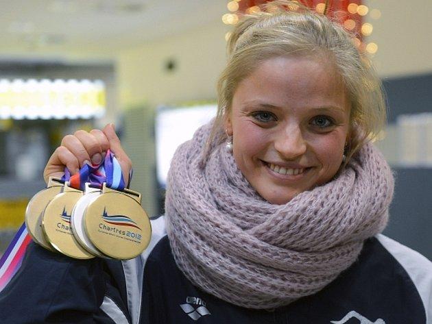 Simona Baumrtová s medailemi z ME v krátkém bazénu.