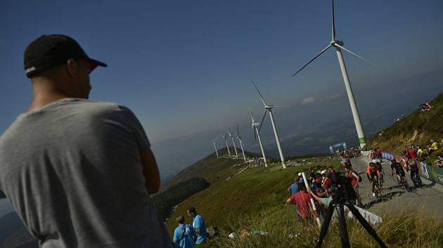 Fanoušci sledují cyklisty během etapového závodu Vuelta ve Španělsku