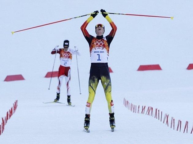 Sdruženář Eric Frenzel se raduje ze zlata na olympijských hrách v Soči.