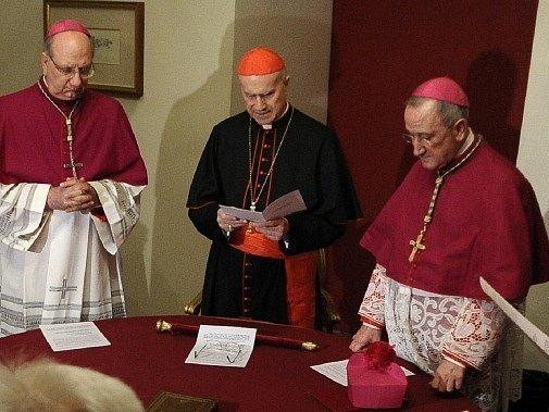 Tarcisio Bertone (uprostřed)