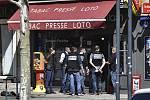 Policisté před obchodem ve městě Romans-sur-Isere, kde dnes ráno zaútočil muž s nožem a zabil dva lidi