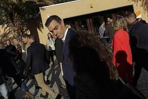 Španělský premiér a šéf vládních socialistů Pedro Sánchez odchází z volební místnosti