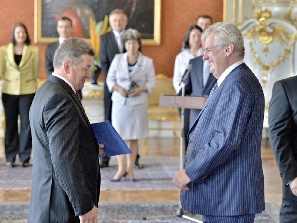 Prezident republiky Miloš Zeman (vpravo) jmenoval 10. července v Praze ministrem průmyslu a obchodu Jiřího Ciencialu (vlevo).