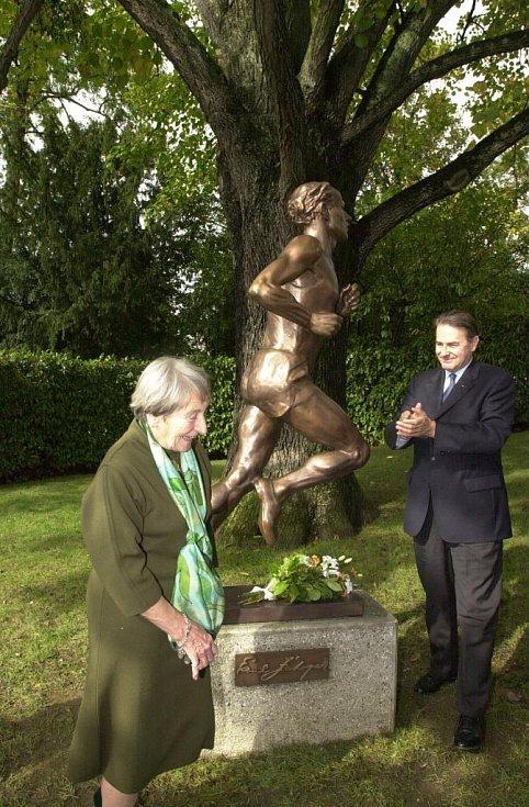 Ve věku 97 let zemřela legendární česká atletka Dana Zátopková, olympijská vítězka v hodu oštěpem