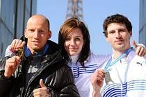Medailisté na procházce Paříží (zleva Petr Svoboda, Denisa Roslová a Jaroslav Bába)