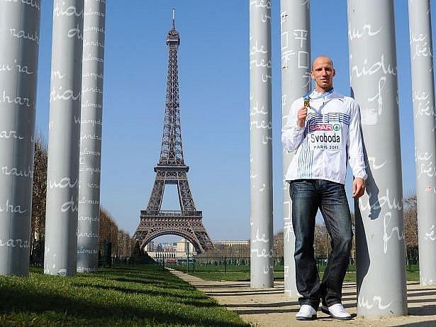 Petr Svoboda pózuje se zlatou medailí u Eiffelovky.