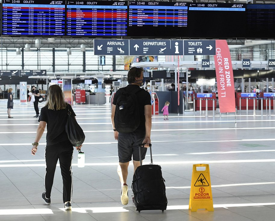 Cestující v hale pražského letiště
