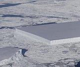 NASA z letadla monitorovala pohyb ledovců ve Weddellově moři. Unikátní hranatá kra.