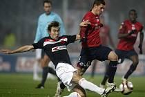 Slávista Jan Hošek (vlevo) se snaží zastavit Ludovica Obraniaka z Lille v zápase Evropské ligy.