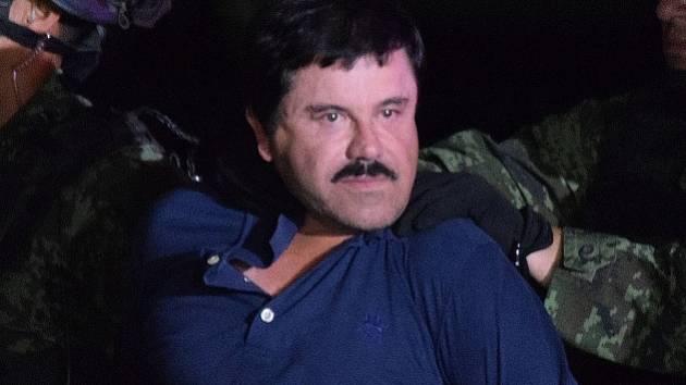 Proslulý mexický drogový boss Joaquín Guzmán byl převezen z věznice Aktiplano v blízkosti metropole Mexika do zařízení ve městě Ciudad Juárez na hranicích se Spojenými státy.