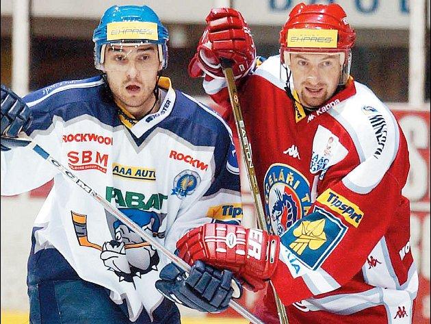 KAPITÁN Ocelářů Jan Peterek (vpravo) dnes poprvé přivede své spoluhráče na led do bodů o extraligové body. Dnešním soupeřem Třince je Kladno.