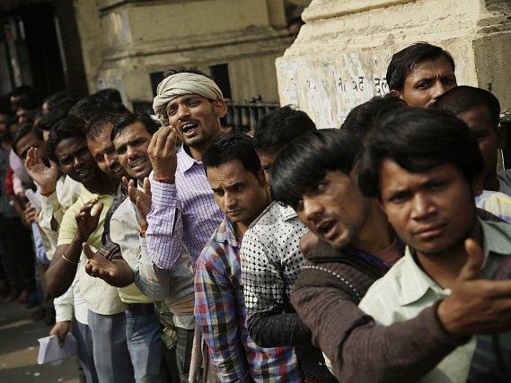 Kritika i chvála sev Indii snáší na rozhodnutí s okamžitou platností zrušit bankovky s nejvyšší nominální hodnotou 500 a 1000 rupií.
