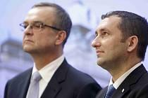 Ministr financí Miroslav Kalousek a předseda představenstva Český Aeroholding Petr Vlasák.