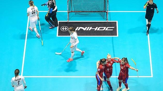 Martina Řepková (uprostřed mezi spoluhráčkami)nastřílela do sítě Polska hattrick.