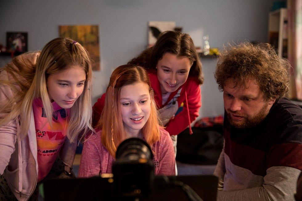 Děcka na internetu simulují jiný život. Listují selfíčky a uklidňují se, že žijí naplněné životy, říká Vít Klusák, autor filmu V síti.