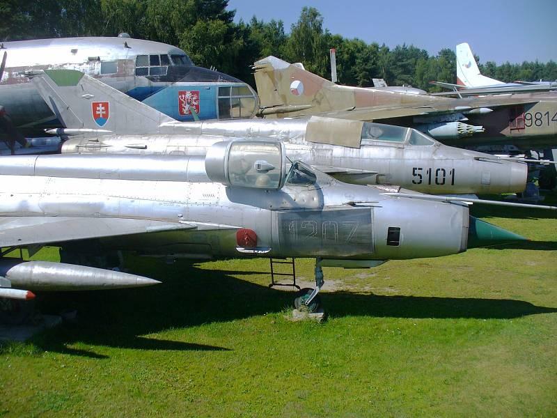 MIG 21 MA. Stíhačka Mig 21 MA (v popředí) přežila noční srážku s jiným strojem. V pozadí dvojmístná verze imatrikulace 5101 s výsostnými znaky Slovenska