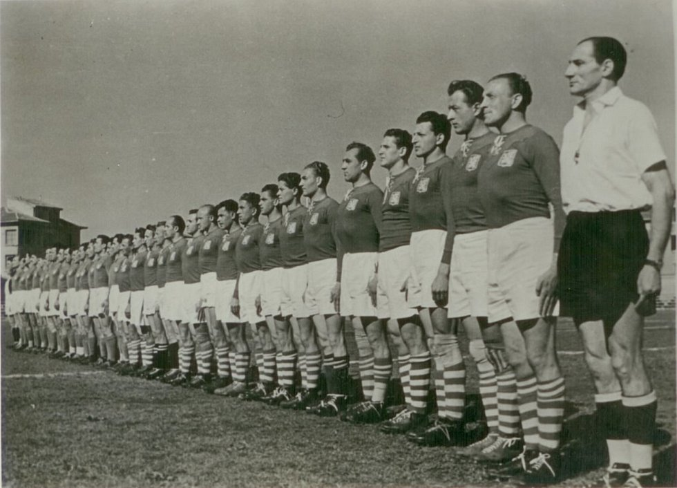 Miloš Gut (čtvrtý zprava) v rugbyovém týmu Československa