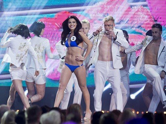 Na snímku finalistka s číslem 2 Andrea Kalousová při promenádě v plavkách.