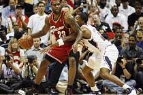 Ani domácí Ronald Murray (vpravo) nedokázal ubránit hvězdu Clevelandu LeBrona Jamese. Atlanta tak potřetí v sérii prohrála.