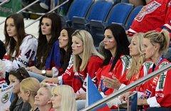 Partnerky hokejistů na tribuně nesmějí chybět.