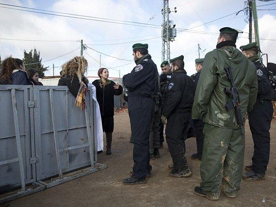 Izraelská policie a armáda začaly evakuovat židovskou osadu Amona.