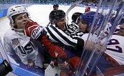 Mezi hokejisty Česka (v červeném) a USA došlo i na vyřizování si účtů.