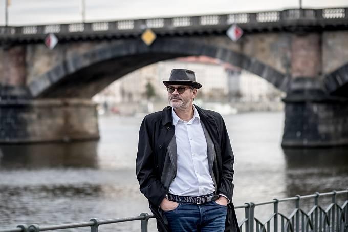 Pavel Maurer při fotografování pro Deník 2. listopadu v Praze.