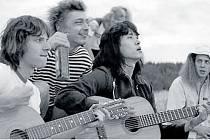 MIKE A NATAŠA. Roman Bilyk a Irina Staršenbaum v Serebrennikově filmu Léto.