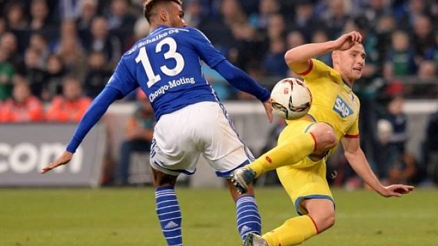 Schalke - Hoffenheim: Pavel Kadeřábek sleduje, jak skóruje domácí kanonýr Eric Maxim Choupo-Moting