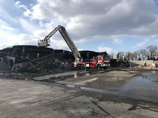 Požári vbývalém areálu mrazíren vMochově na Praze-východ.