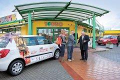 Ředitel supermarketů Terno Milan Kuda (vpravo) předává klíčky od osobního automobilu Škoda Fabia výherci panu Pravoslavovi Kopeckému.
