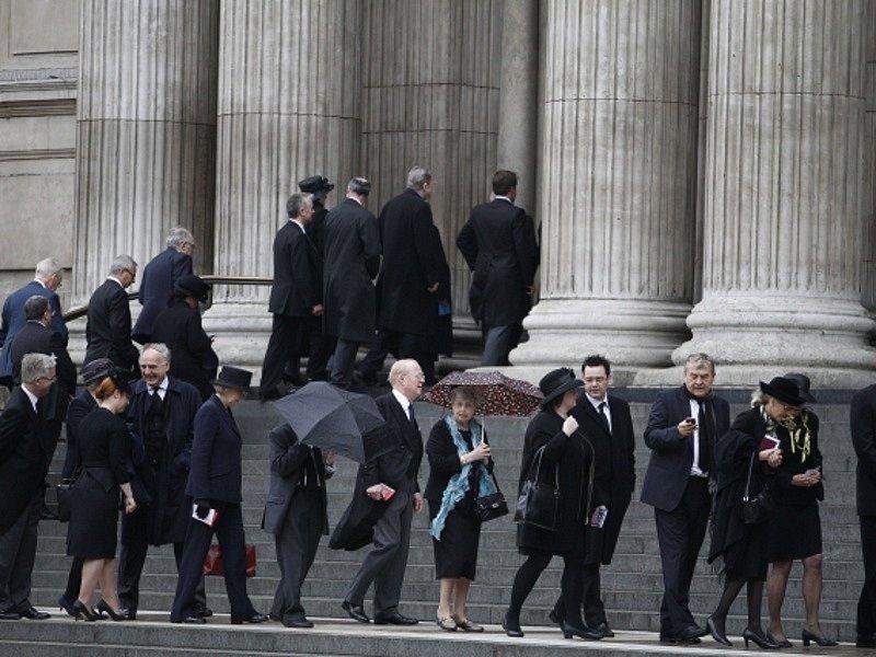Smuteční hosté přicházejí do katedrály svatého Pavla.