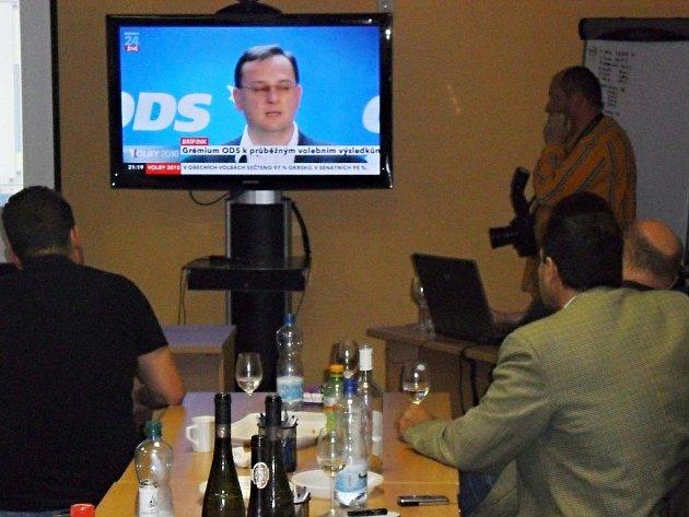 Volební štáb ODS v Klíšské ulici v Ústí nad Labem, Straníci sledovali výzvu premiéra Petra Nečase k roztržení koalic s ČSSD.