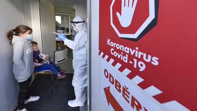 Testování dětí na koronavirus novou metodou odběru ze slin v Nemocnici Znojmo