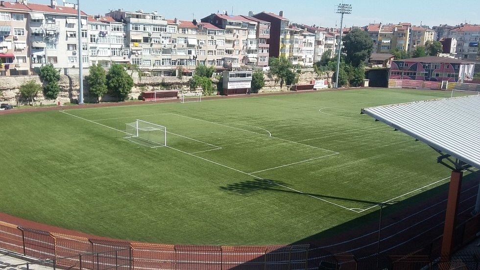 Na fotbal je na Vefa Stadium dobře vidět i z okolních domů.