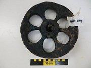 Výzkumníci objevili v troskách portugalské karaky Esmeralda nejstarší astrolab a lodní zvon na světě