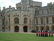 Alžběta, jež je matkou, babičkou i prababičkou, prozradila, že rok 1992 pro ni byl nejhorším v životě. Tehdy utrpěl velké škody hrad Windsor a rozpadla se manželství Charlese, Andrewa i Anny.