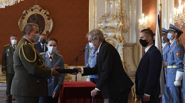 Prezident Miloš Zeman (uprostřed) propůjčil 29. července 2020 na Pražském hradě generálskou hodnost plukovníku Pavlu Lipkovi (vlevo).