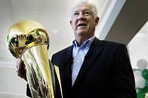 Basketbalista John Havlicek na snímku ze 4. června 2008 s trofejí Larry O'Briena.