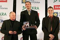 Břetislav Enge (vlevo) zastoupil při slavnostním vyhlášení Zlatého volantu 2008 v pražském Paláci Žofín své syna Tomáše po boku vítěze Davida Vršeckého a třetího Josefa Krále.