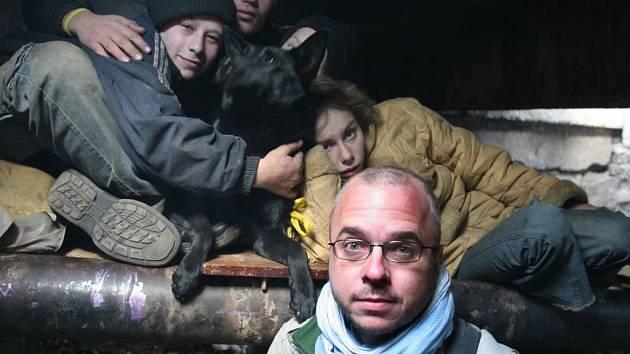 AUTOR A DĚTI. Michal Novotný (vlevo) a děti v cihelně.