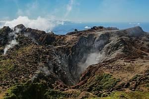 Pohled do kráteru sopky La Soufriere, která se opět probudila k životu