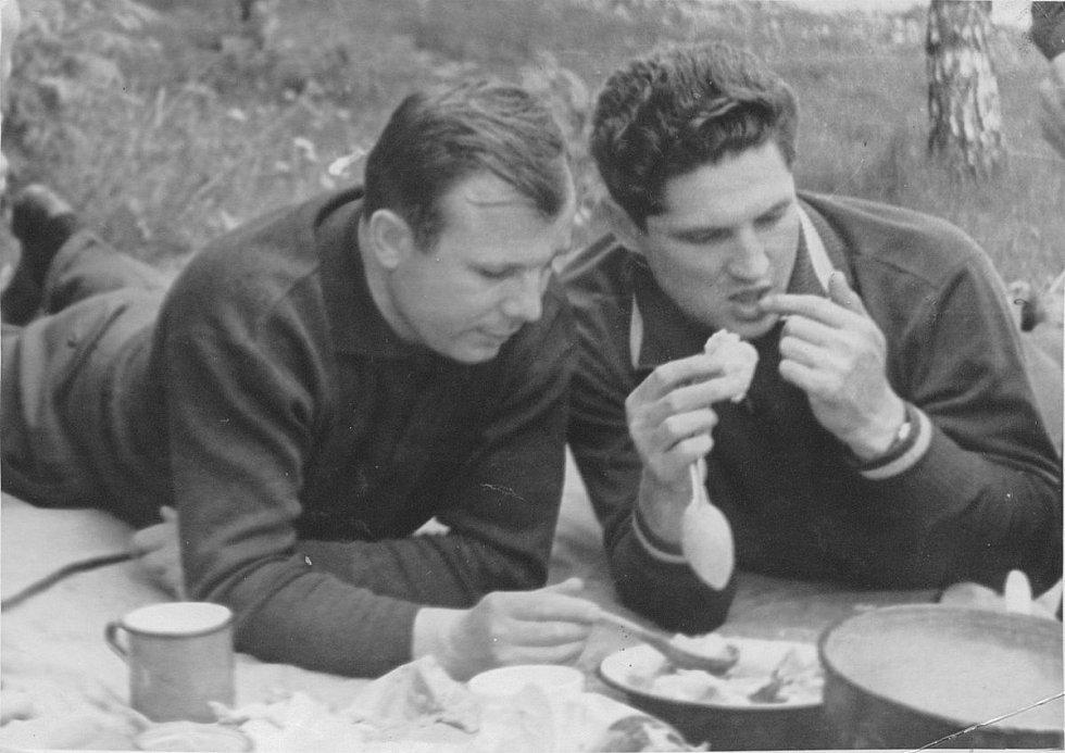 Jurij Gagarin ve společnosti Borise Volynova na pikniku v Dolgoprudném
