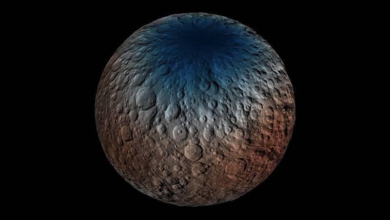 Záběr ukazuje část severní polokoule trpasličí planety Ceres, se zbarvením ukazujícím koncentraci vodíku ve svrchní vrstvě (do hloubky jednoho metru) regolitu, sypkého materiálu na povrchu planety