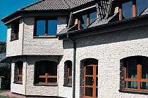 JAKO Z KAMENE. Dům s odvětranou fasádou, složenou z betonových cihliček.