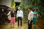 Dr. Jana Mazancová s Vietnamskými kolegy na farmě s malou bioplynovou stanicí.