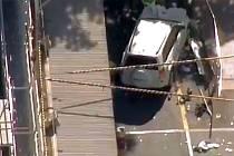 Havarovaný velký bílý vůz v australském Melbourne na místě, kde byla sražena řada chodců